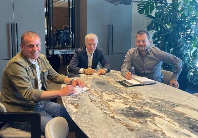 Trabzonspor'da Başkan Ahmet Ağaoğlu ve Başkan Yardımcısı Ertuğrul Doğan ile İstanbul'da bir araya gelen teknik direktör Abdullah Avcı, ilk 11'de oynayabilecek 5 transfer ve kadro derinliği açısından 4 futbolcu daha istiyor. Eldeki isimlere gelecek iyi teklifler de değerlendirilecek.