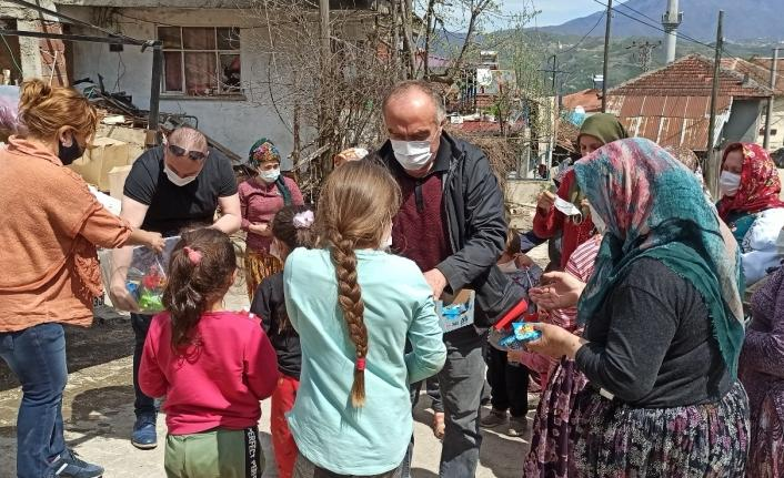Köy köy dolaşıp yardım götürüyorlar