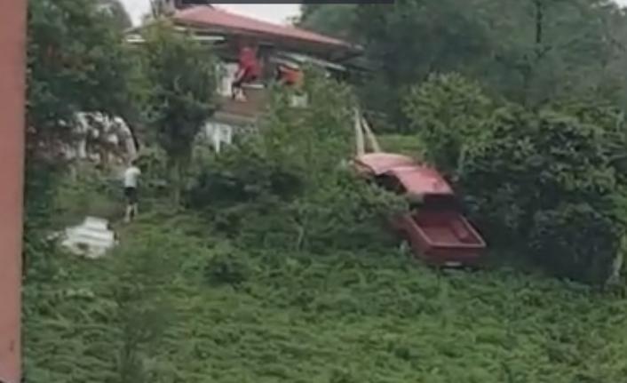 Rize'de el freni boşalan araç çay bahçesine uçtu