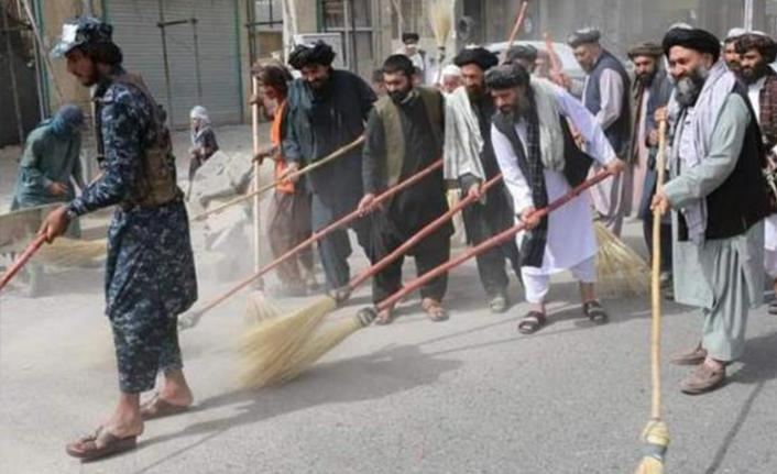 Taliban'ın ilk icraatı - Süpürgeyi alan sokağa koştu